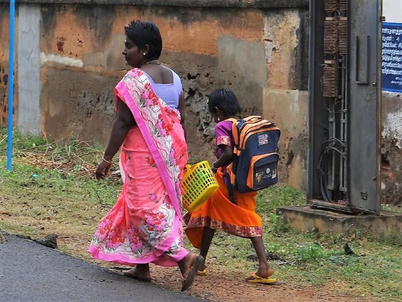 Ecolière et sa Mère en train de marcher