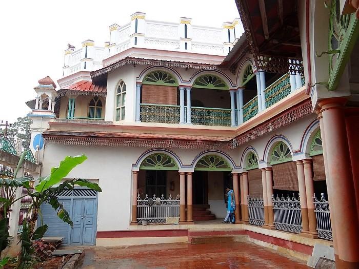 La façade colorée d'une maison