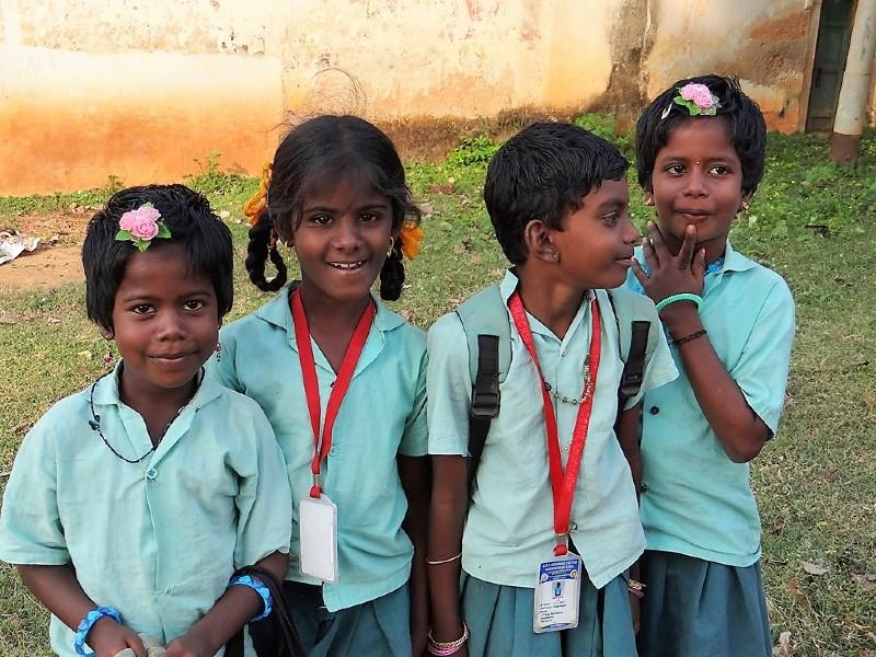 4 écolières en uniforme vert