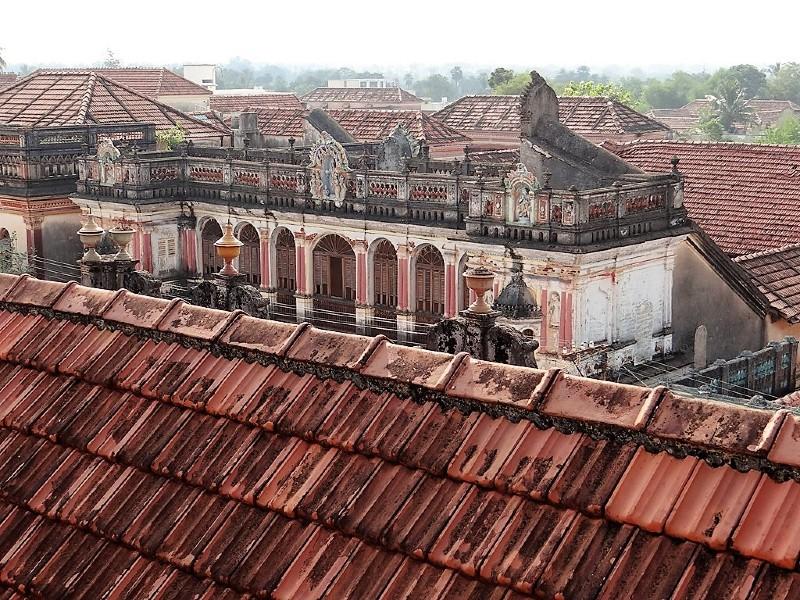 Vue du haut d'un toit sur un vieux palais