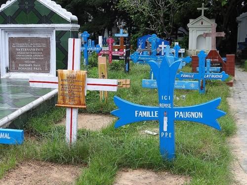 Pondichéry croix bleues dans un cimetière