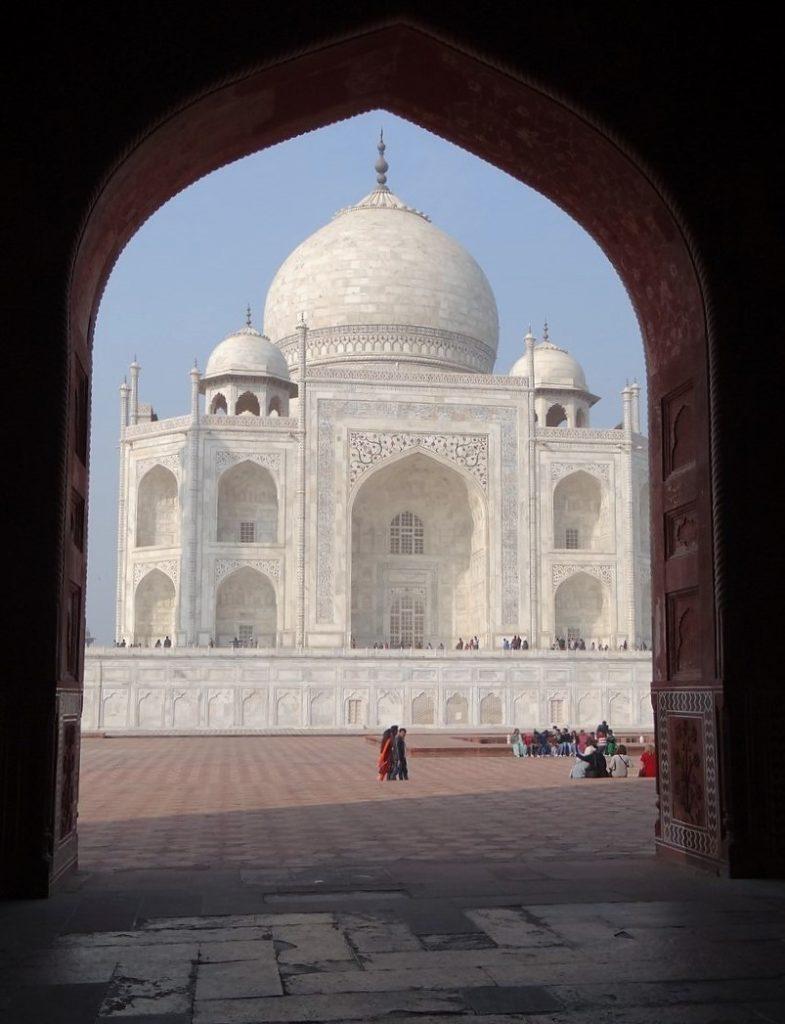 Inde Taj Mahal pris à partir d'une pièce sombre