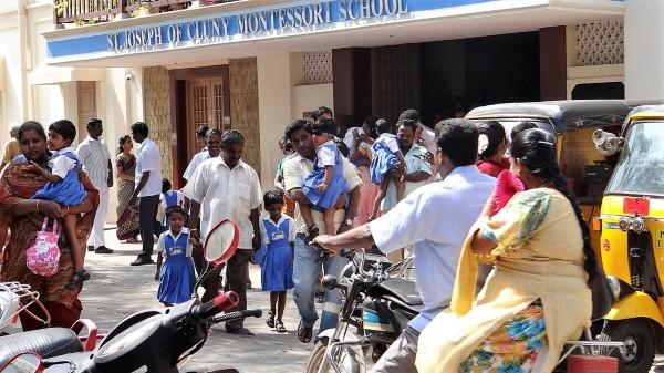 Pondichéry des parents qui viennent chercher leur enfant à la sortie d'école