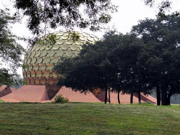 Pondichéry immense sphère dorée dans un jardin