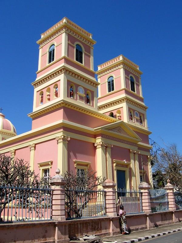 Pondichéry église de 2 tours, crépie rose et jaune