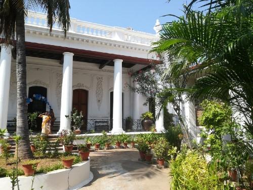 Maison coloniale au piliers blancs