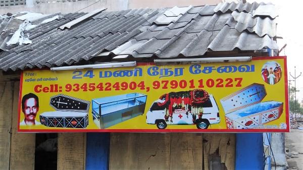 Inde pancarte avec des photos de cercueils