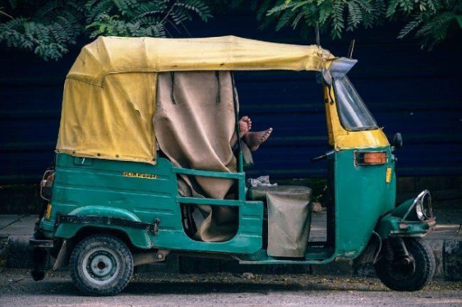 Tuk-tuk, triporteur indien jaune et vert