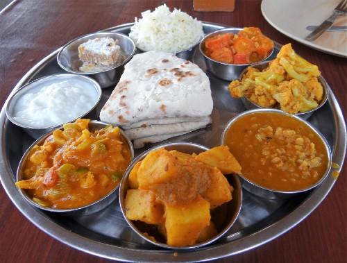 Inde Plateau recouvert de petits plats de nourriture