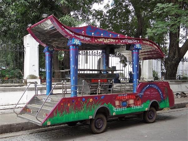 Inde véhicule peint avec des fleurs