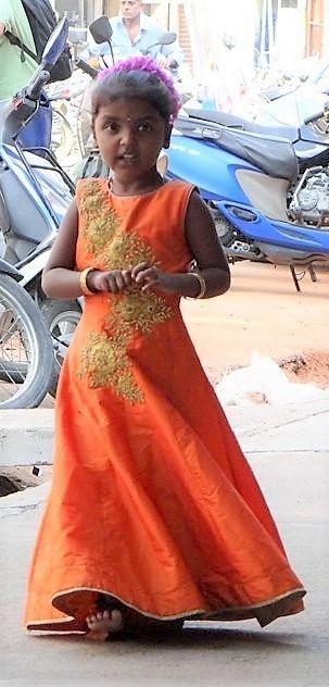 Inde du sud petite fille indienne en robe longue couleur safran