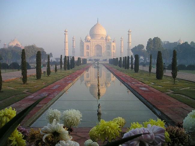 Taj Mahal et son bassin d'eau sur le devant
