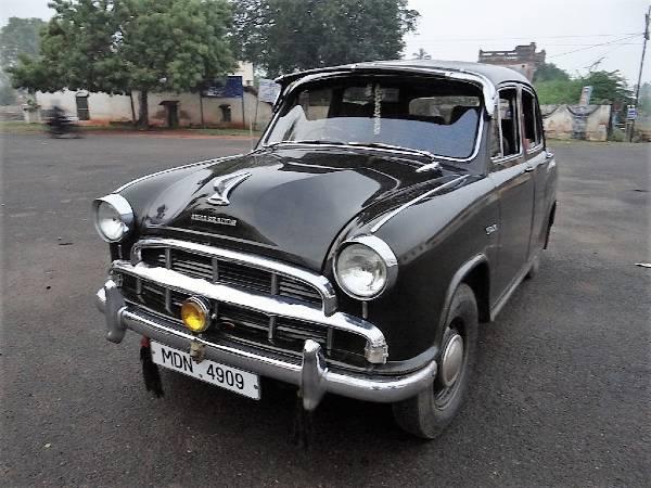 Vieille voiture noire de marque Ambassador