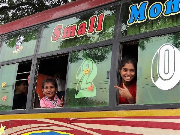2 filles à une fenêtre de bus