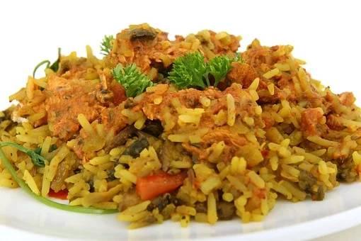Plat cuisiné de riz aux épices