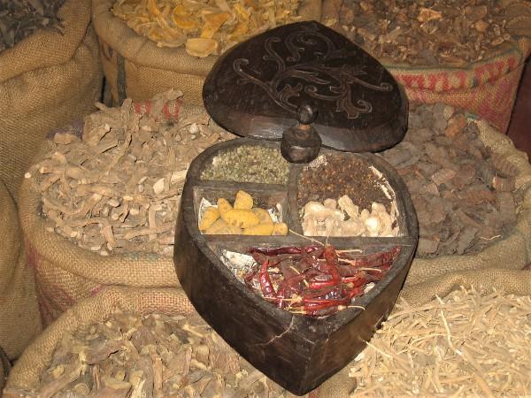 Inde boite ancienne en bois contenant des épices