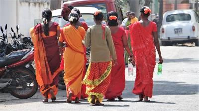 Inde femmes de dos en Inde en saris rouges