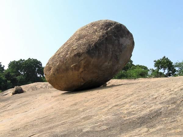 Énorme bloc de pierre rond qui tient en équilibre