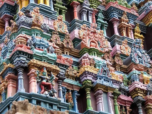 Maduraï détails d'une tour statuettes et têtes de monstre coloréss