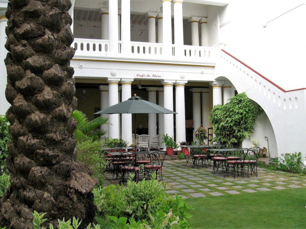 Maison coloniale avec colonnes sur jardin