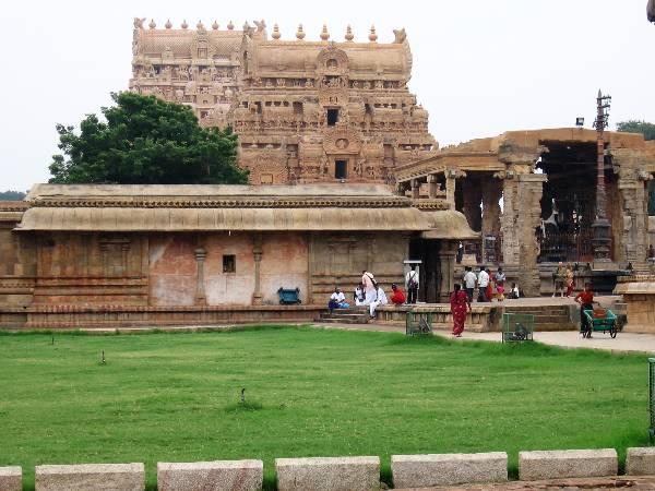 Tanjore Jardin intérieur et temple en pierres ocres