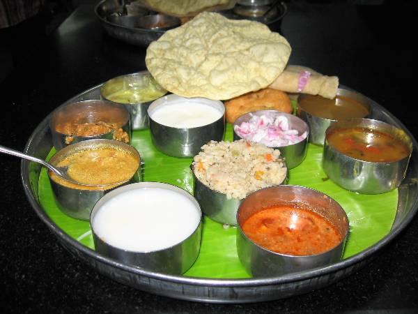 Plateau avec des petits pots de nourriture indienne