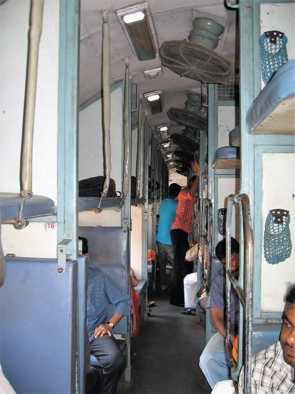 Intérieur d'un wagon d'un train en Inde