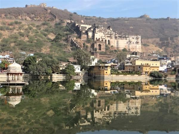 Rajasthan citadelle se reflétant dans un lac