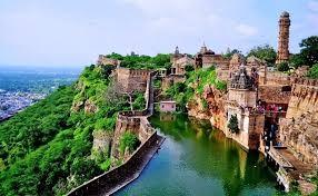 Chittogarh citadelle sur un bassin en haut d'une colline