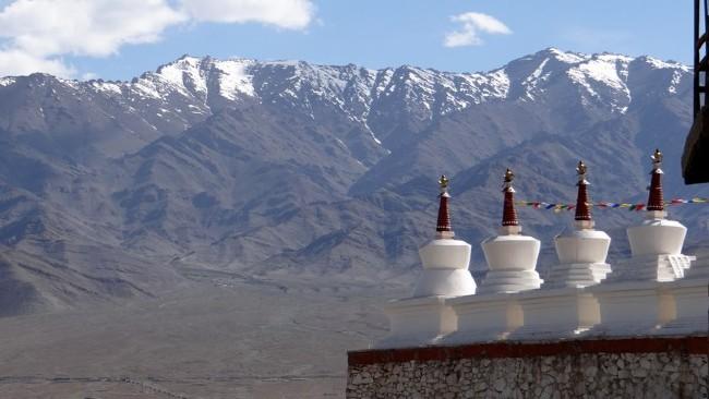 Au Ladakh chortens sur fond de montagnes