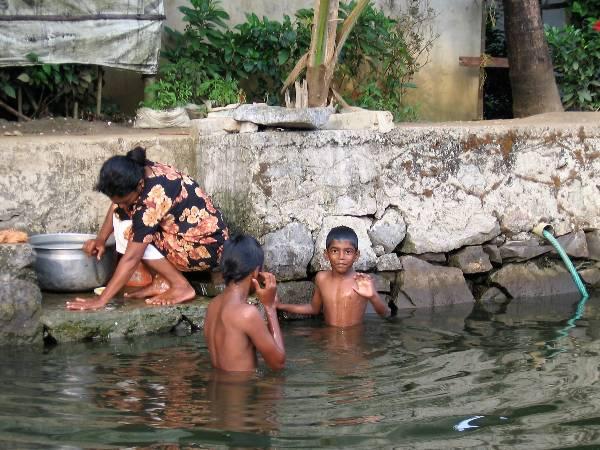 Kérala enfants qui jouent dans l'eau