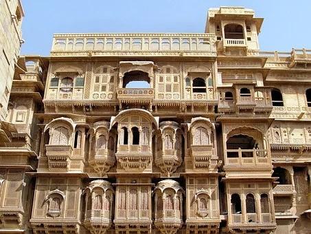 Rajasthan façade de maison en pierres ocres ciselées