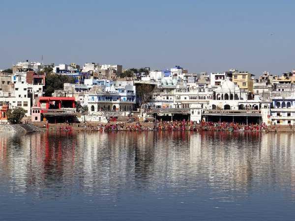 Inde Rajsthan ville de Pushkar qui se reflète dans un lac