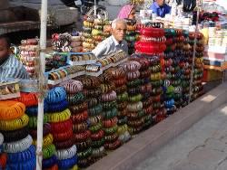 Inde étal de bracelets multicolors