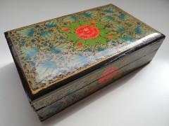 Inde boite rectangle avec fleurs bleues et oranges