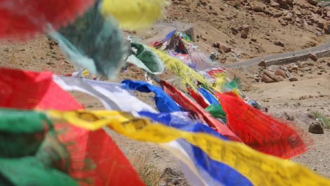 Ladakh drapeaux multicolores dans le vent