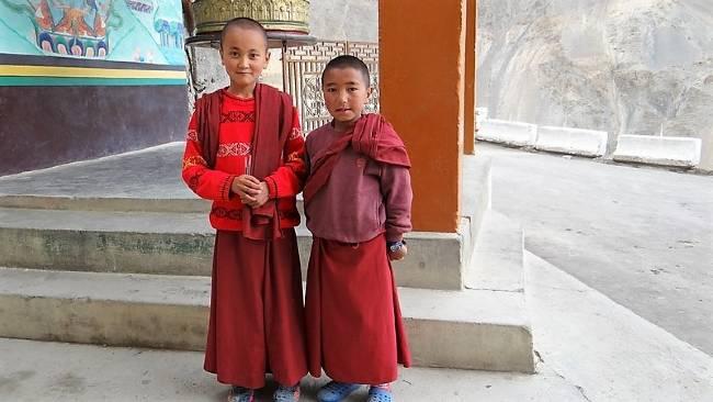 Ladakh 2 enfants moines en robe rouge