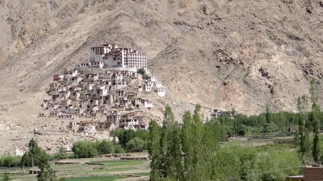 Ladakh Sur une colline vieilles maisons blanches et monastère au sommet