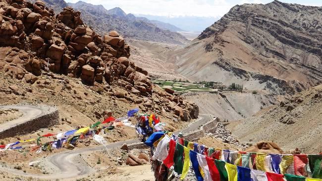 Ladakh Drapeaux de prière multicolors dans le vent sur fond de montagnes