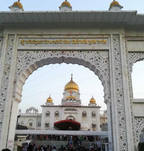 Inde New Delhi bâtiment blanc d'un temple aux coupoles dorées