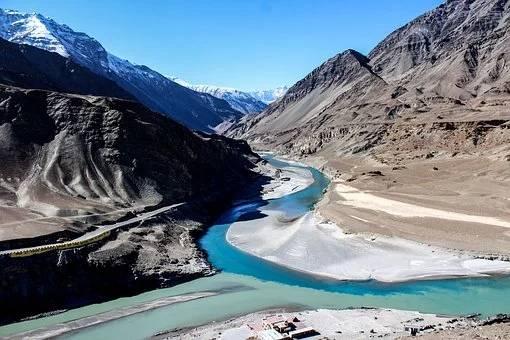 Inde Ladakh 2 rivières se joignent au milieu de montagnes