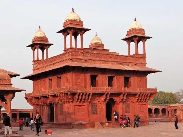 Inde bâtiment carré à tourelles en grès rouge au soleil couchant