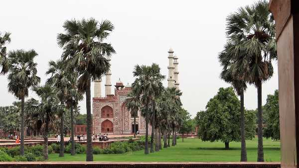 Inde bâtiment au 4 minarets derrière rideau de cocotiers