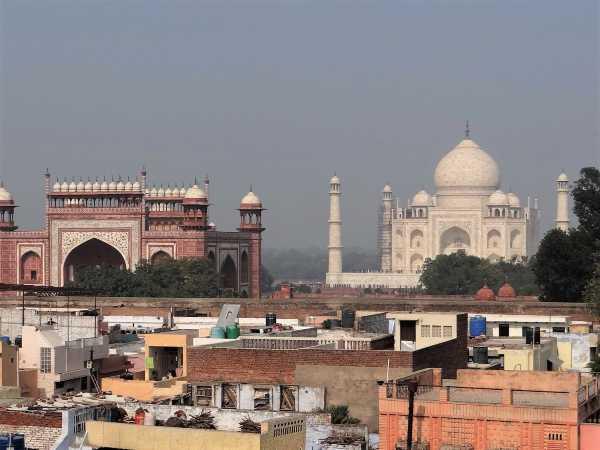 Inde vue du Taj Mahal par-dessus des toits