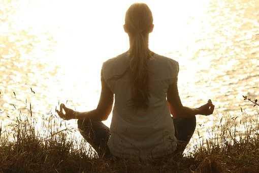 Silhouette en méditation