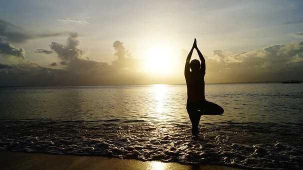 Posture de yoga devant la mer