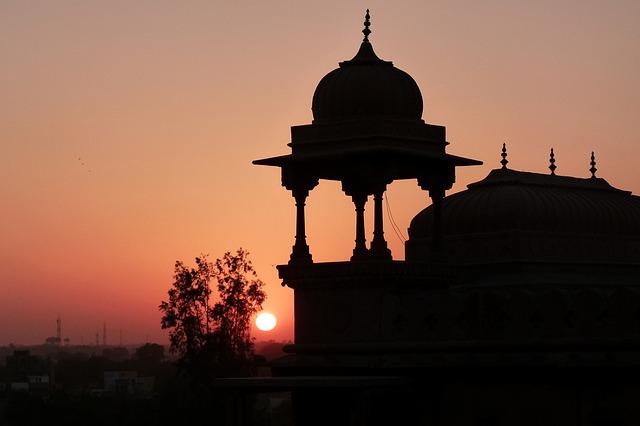 Inde coucher de soleil derrière une coupole