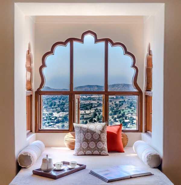 Inde alcôve avec fenêtre et coussins