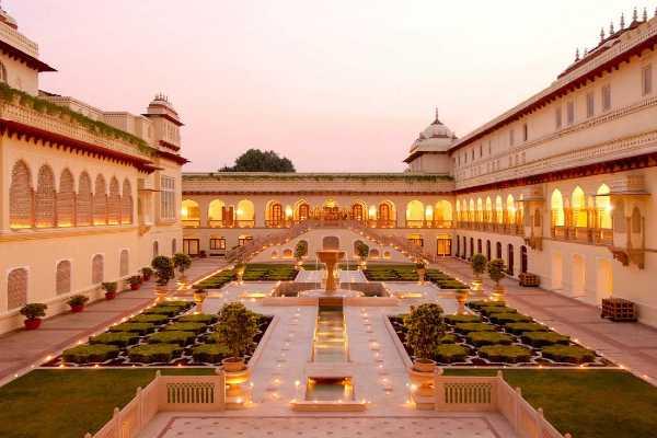 Inde jardin intérieur entouré d'un palais éclairé